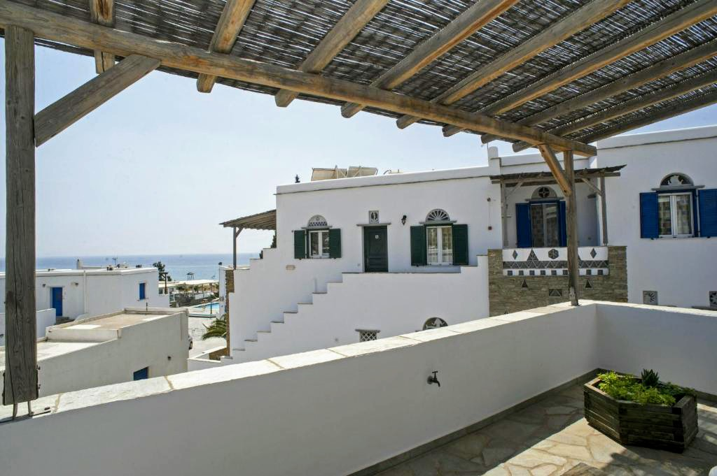 Double room with two single beds and sea view
